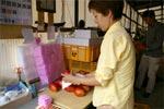マンゴーの包装と箱詰め