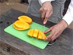 マンゴーを舟形にきります。